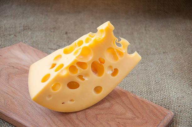 formaggio sul tagliere di legno - emmentaler foto e immagini stock