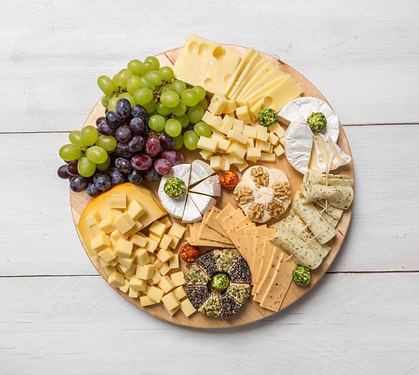 Käseplatte Vielfalt auf einem hölzernen weißen Tisch – Foto
