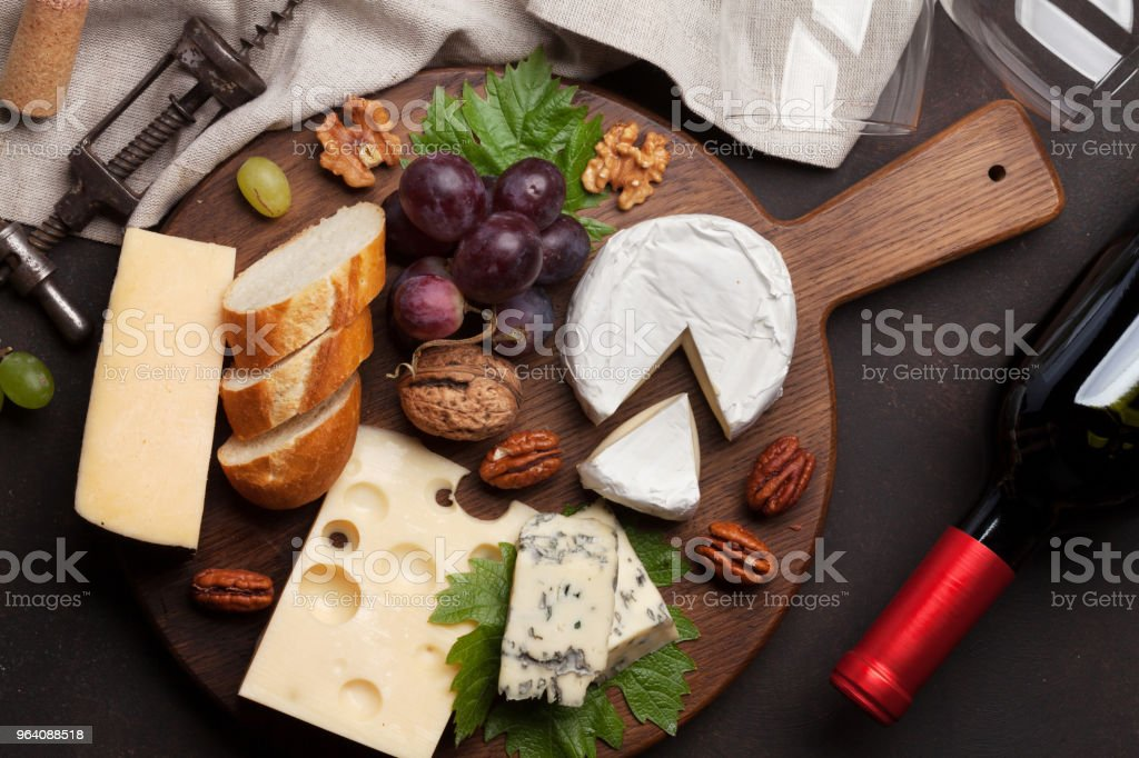 葡萄とナッツとチーズ プレート - まな板のロイヤリティフリーストックフォト