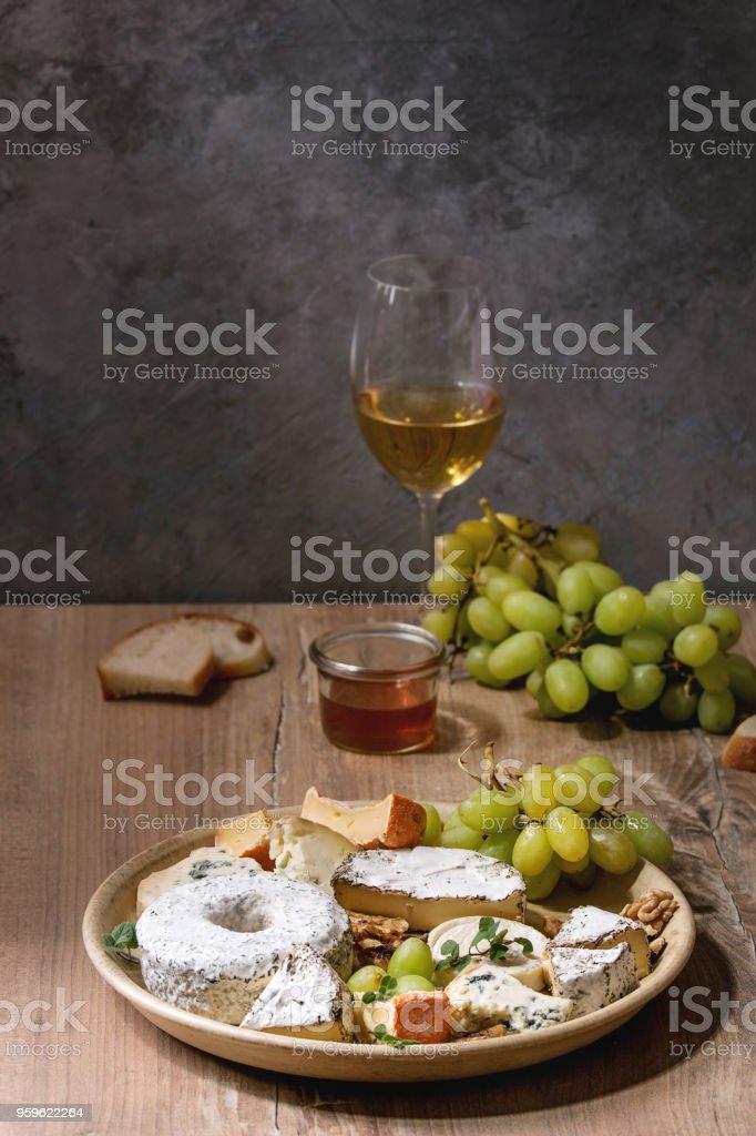 Queso placa con la miel - Foto de stock de Alcohol libre de derechos
