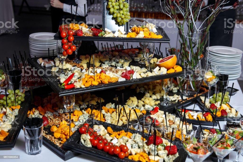 Käseplatte mit Auswahl an Vorspeisen auf Tisch auf Event-catering – Foto