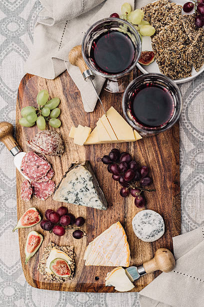 wein und käseplatte - salami vorspeise stock-fotos und bilder