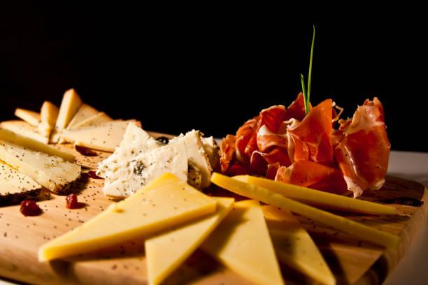 sortido de queijo prato - fine dining - fotografias e filmes do acervo