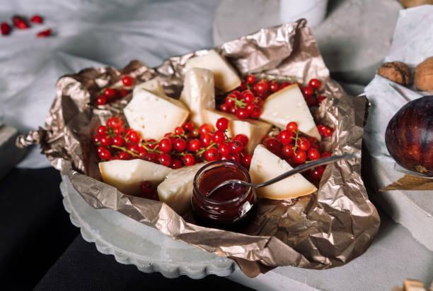käse, rote johannisbeeren - ribiselmarmelade stock-fotos und bilder