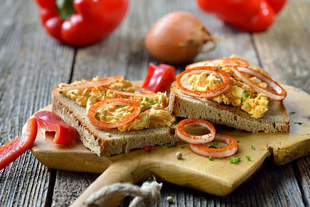 käse-snack - bayerische brotzeit stock-fotos und bilder