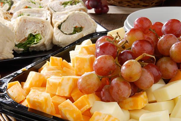 schale mit käse - partysalate stock-fotos und bilder