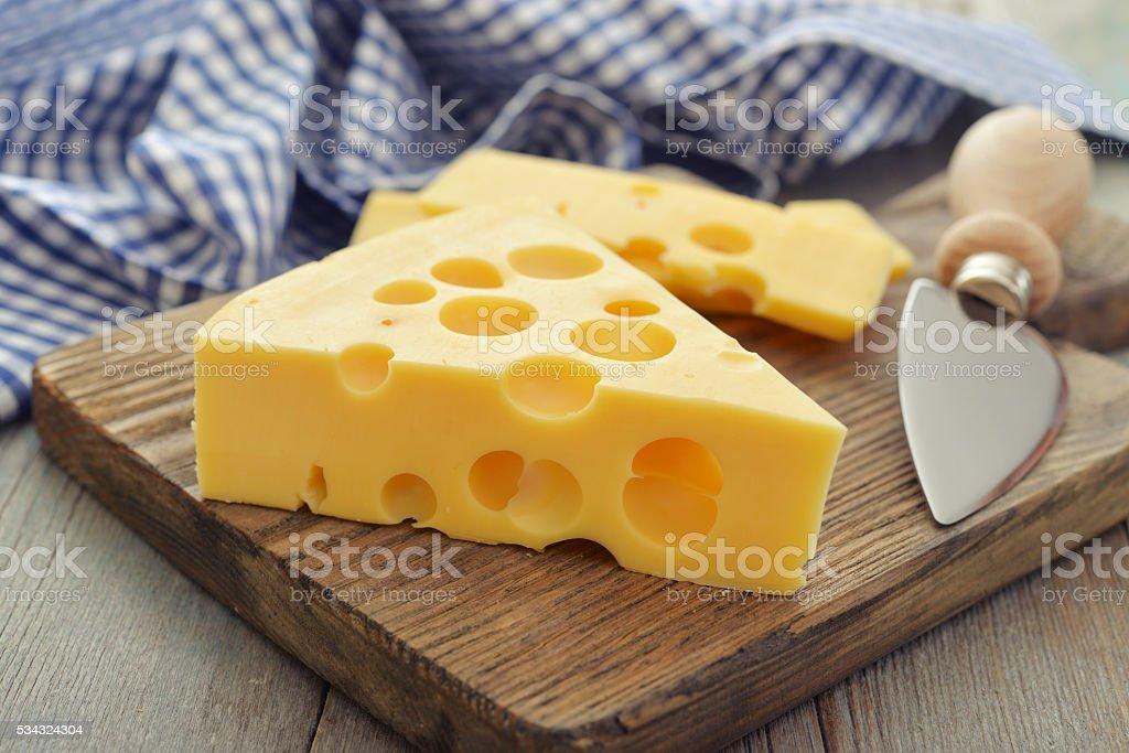 Käse mit großen Löchern – Foto