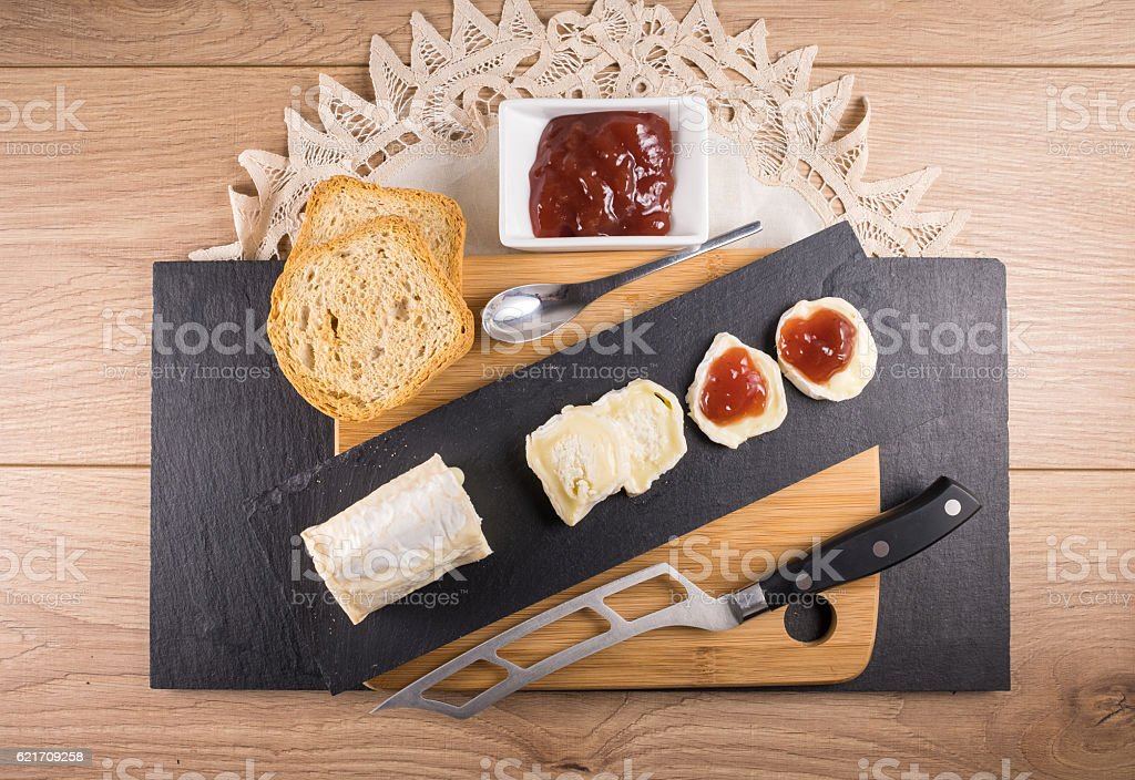 Cheese with strawberry jam - foto de stock