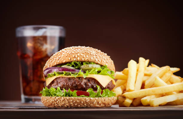 cheeseburger met cola en frietjes - hamburgers stockfoto's en -beelden