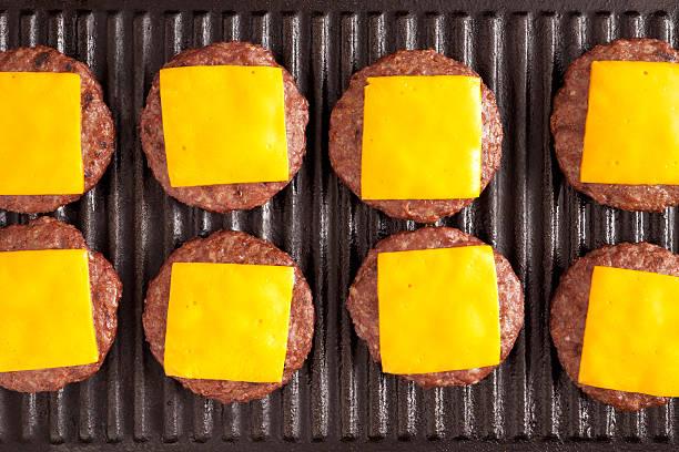 cheeseburgery - cheeseburger zdjęcia i obrazy z banku zdjęć