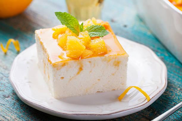 käsekuchen, hüttenkäse pudding mit frischen orangen und orangenmarmelade - quarkspeise stock-fotos und bilder