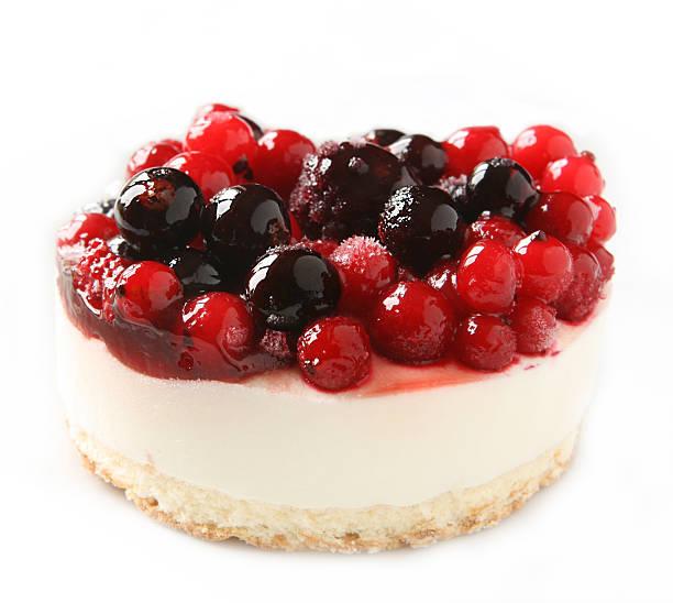 käsekuchen dessert mit roten beeren auf weißem hintergrund - obst käsekuchen stock-fotos und bilder