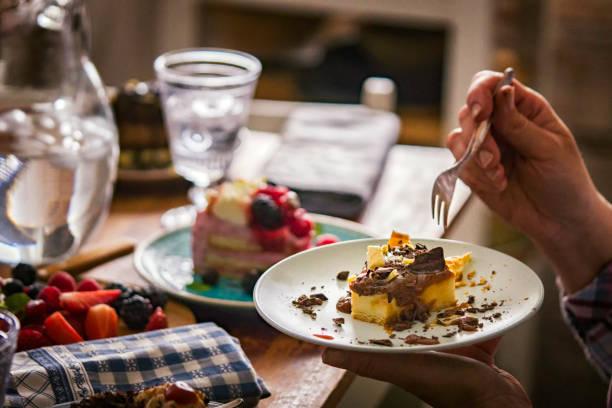 käsekuchen mit schokolade und karamell - deutscher schokoladen zuckerguss stock-fotos und bilder