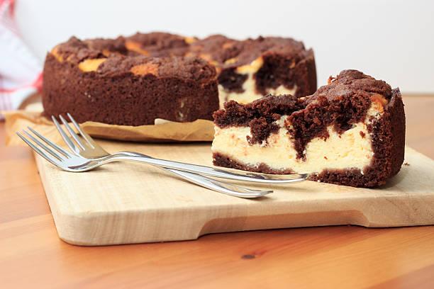 käsekuchen mit schoko shortcrust pastry und schokolade-crumble - crumble deutsch stock-fotos und bilder