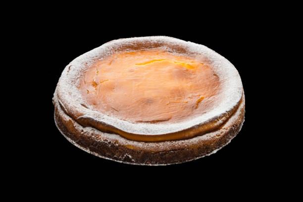 käsekuchen mit früchten marmelade im inneren auf schwarzem hintergrund - regenbogen käsekuchen stock-fotos und bilder