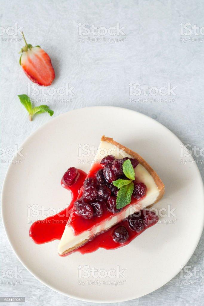 チーズケーキ プレート上面のフルーツ ソース添え ストックフォト