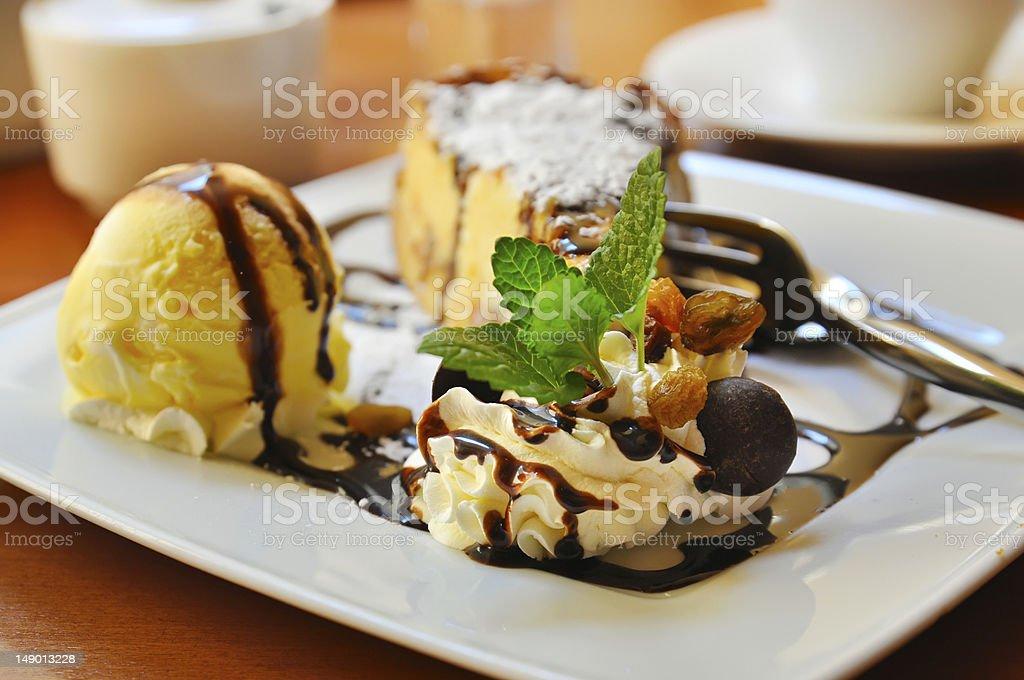 Käsekuchen mit Eis - Lizenzfrei Bildschärfe Stock-Foto