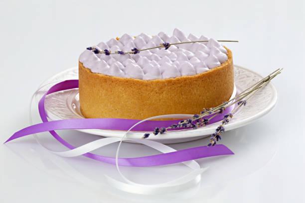 käsekuchen mit lavendel-creme - käsekuchen kekse stock-fotos und bilder