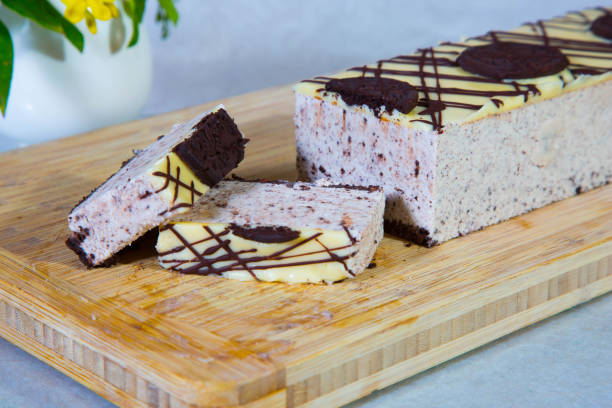 käsekuchen mit oreo cookies - oreo torte ohne backen stock-fotos und bilder