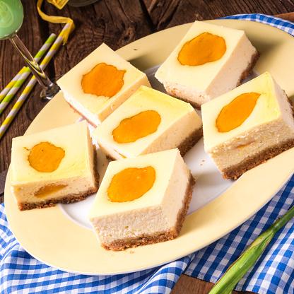 桃とチーズケーキ - おやつのストックフォトや画像を多数ご用意