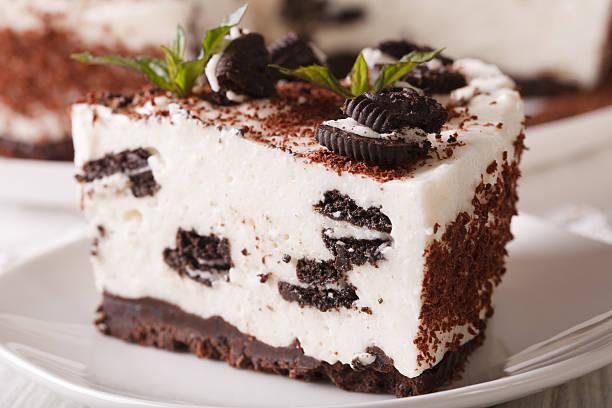 cheesecake with pieces of chocolate cookies macro. horizontal - käsekuchen kekse stock-fotos und bilder