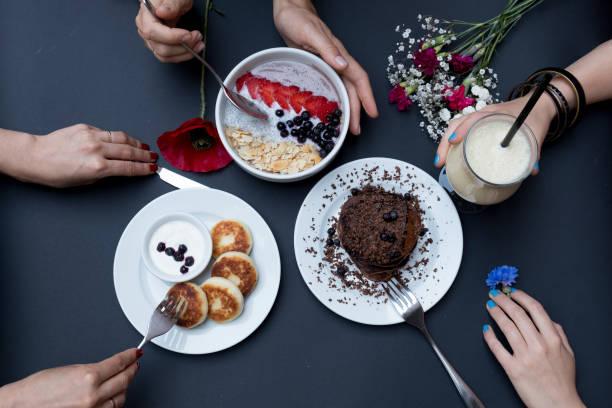 käsekuchen mit saurer sahne, handgefertigt. pfannkuchen auf einem schwarzen hintergrund. ansicht von oben - schokolade gebratene kuchen stock-fotos und bilder