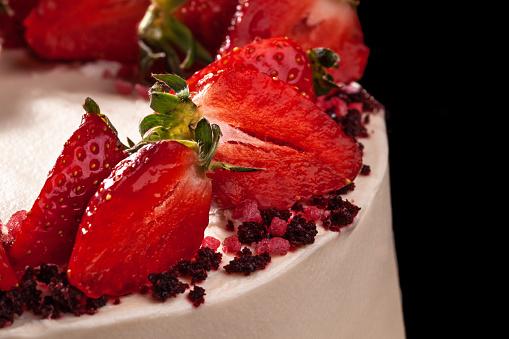 Cheesecake Met Aardbeien Taart Gedecoreerd Met Aardbeien Heerlijke Cheesecake Versierd Met Verse Aardbeien Closeup Stockfoto en meer beelden van Aardbei
