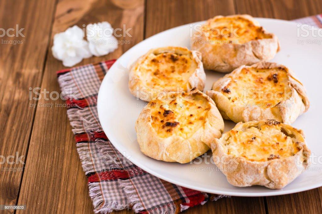 Cheesecakes beyaz bir plaka üzerinde süzme peynir ile - Royalty-free Acıkmış Stok görsel