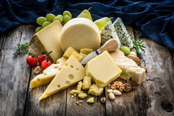 sélection de fromages sur la table en bois rustique - fromage photos et images de collection