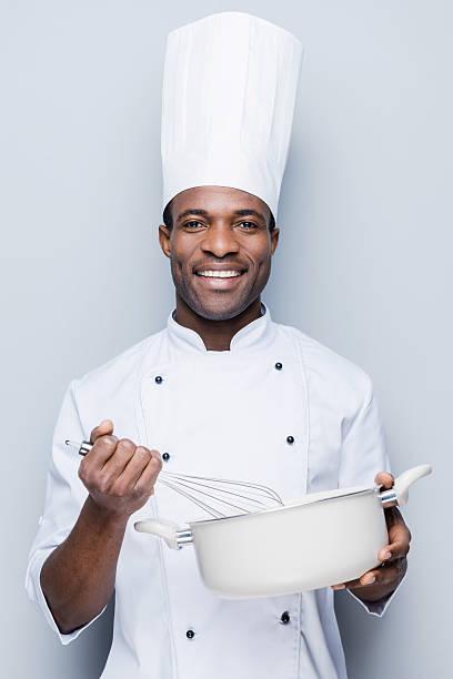 koch bei der arbeit. - chefkoch auflauf stock-fotos und bilder