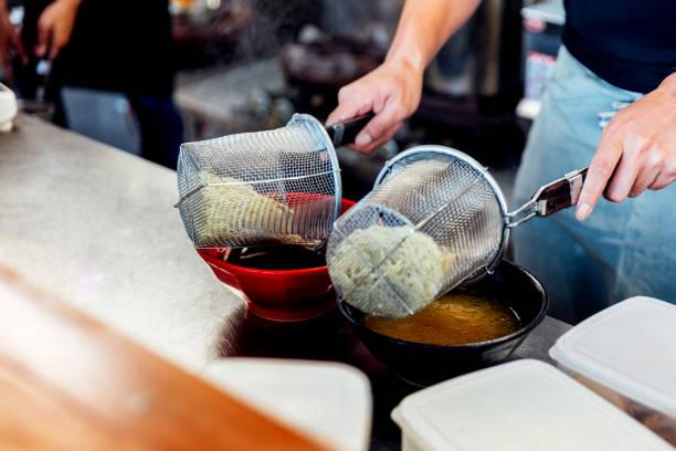 味噌・醤油のラーメンを作るためのスープでラーメンを沸騰のシェフ。 - ラーメン ストックフォトと画像