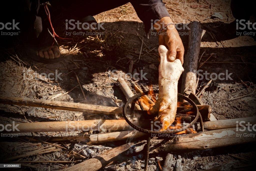 Photo libre de droit de Chef Brûlé La Jambe De Porc Dans La ...