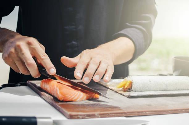 chef koch machen sushi - sushi essen stock-fotos und bilder