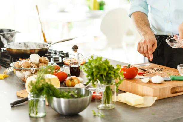 koch kochen in der küche - weinsoße stock-fotos und bilder