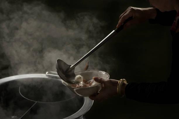 地元のレストラン、タイのストリート肉球麺料理シェフ - ラーメン ストックフォトと画像