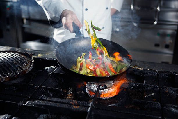 шеф-повар приготовления овощных - стир фрай стоковые фото и изображения