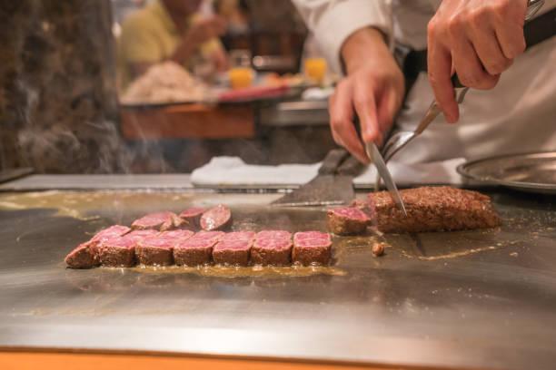 koch kochen wagyu rindfleisch im japanischen restaurant - teppan yaki grill stock-fotos und bilder
