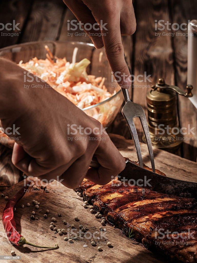 От шеф-повара готовят барбекю ребра. стоковое фото