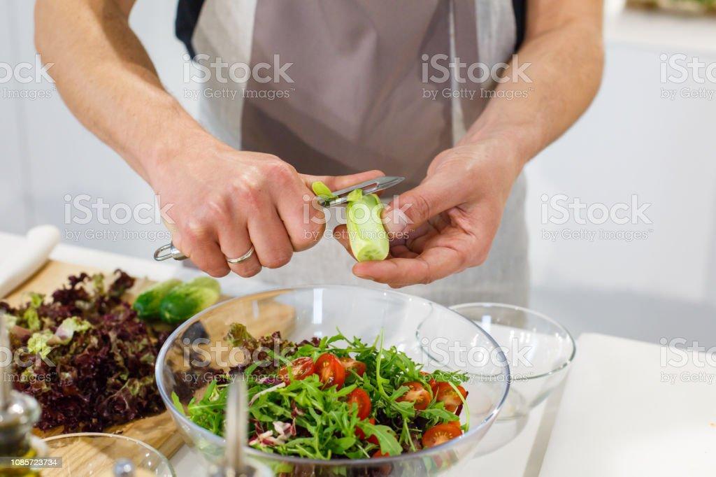 Koch Schneiden Gurke Salat In Leichten Küche Frischen Salat ...