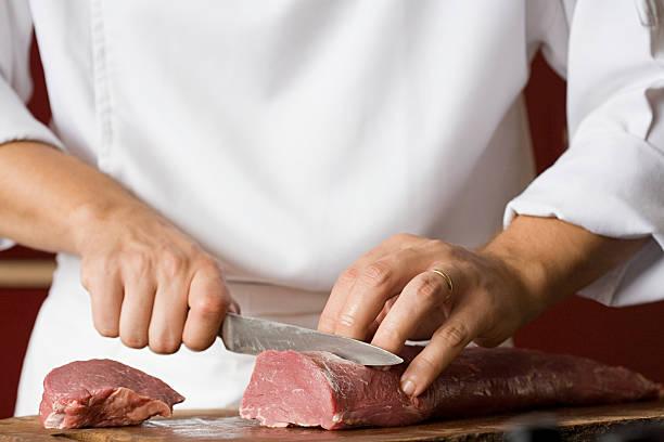 chef taglio di carne - maiale carne foto e immagini stock
