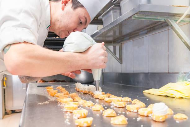 koch füllung kleine süßes gebäck - italienische küchen dekor stock-fotos und bilder