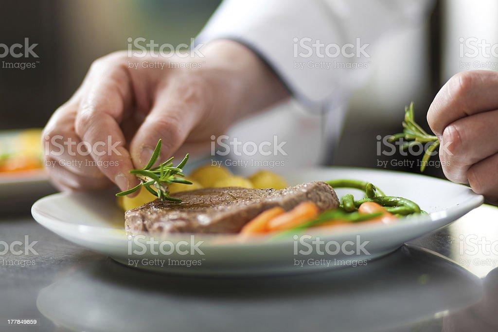 Chef la garniture un plat - Photo