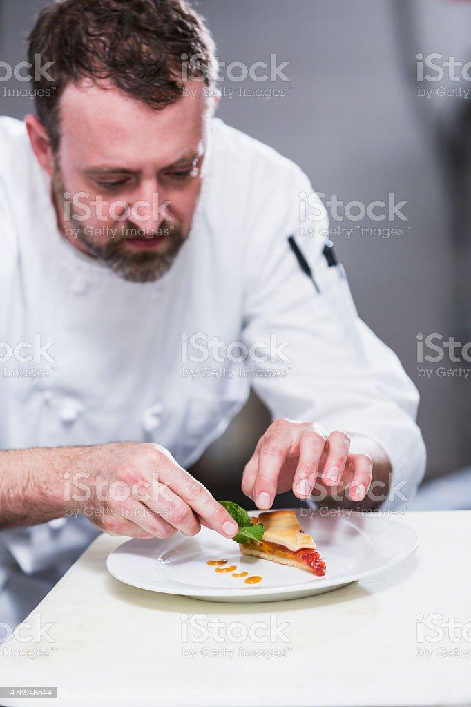 Chef dans un restaurant de distribution des assiettes - Photo