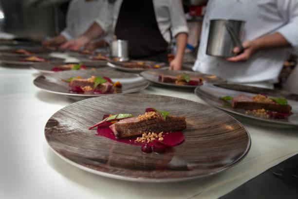 chef de cozinha hotel ou restaurante para jantar - fine dining - fotografias e filmes do acervo