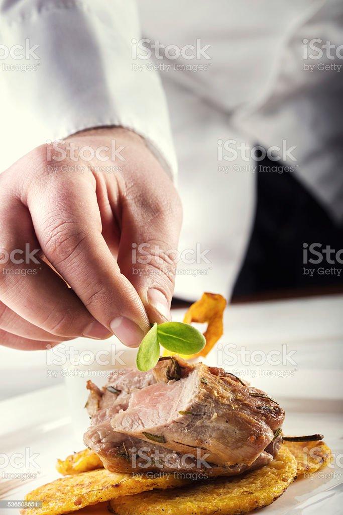 Chef dans un hôtel ou restaurant kitchen cooking, seuls les mains. - Photo