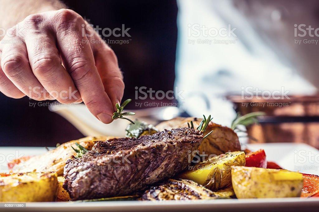 Chef dans un hôtel ou restaurant kitchen cooking uniquement les mains. - Photo