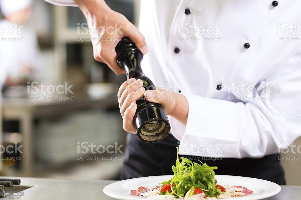 Chef in einem hotel oder restaurant Küche kochen – Foto