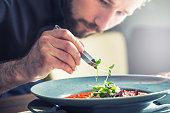 ホテル内のレストラン「キッチン」シェフが調理する、唯一の手の準備トマトスープ
