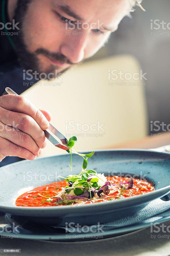Chef au Restaurant cuisine cuisson, seules mains préparation de soupe à la tomate - Photo