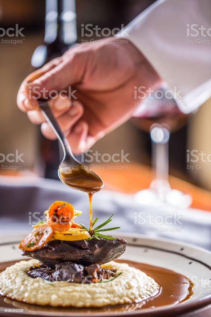 Küchenchef im Pub oder Restaurant schmückt Teil der Mahlzeit im Pup oder restaurant – Foto